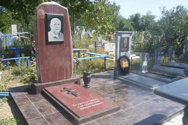 Мемориальный комплекс из малинового кварцита и гранитов Свободный Мраморные розы Зуевка
